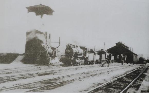 1920년대 대전역의 기관차 모습. 경부선과 호남선 철도가 가설되면서 대전은 급격하게 발전했다.<사진출처 : 충청남도 개도 100년사>