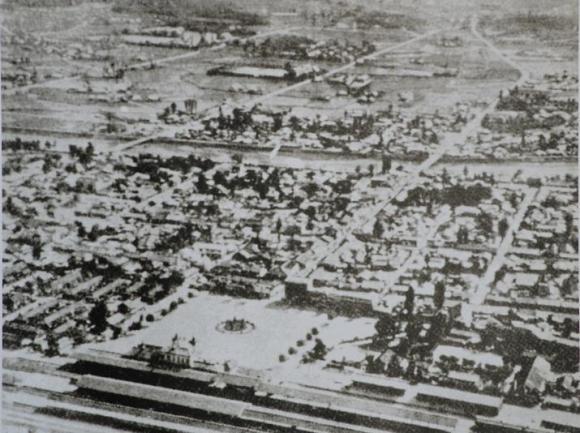 1930년대 대전 시가지 전경이다. 대전역에서부터 도청까지 중앙로가 일직선으로 나있음을 볼 수 있다. 대전역을 중심으로 시가지가 발달해 있다. <사진출처 : 충청남도 개도 100년사>