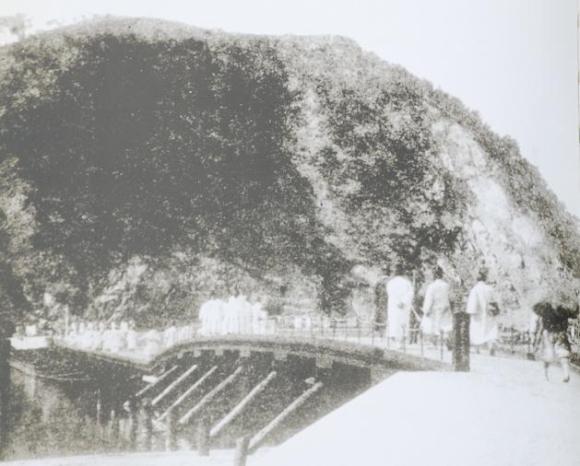 1920년대 공주 공산성 앞에 있던 금강목교의 모습. 공주사람들은 서울이나 대전으로 갈때 이 목교를 건너다녔고 홍수가 나면 고립상태에 빠졌다고 한다. 이 목교는 충남도청을 대전으로 옮기는 대가로 금강철교가 가설된 후 해체되었다.<사진출처 : 충청남도 개도 100년사>