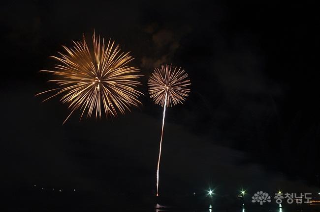 백마강의 밤을 수놓는 중부권 최대의 불꽃쇼.