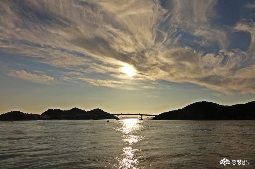 섬과 섬을 연결한 연도교를 걷는다.